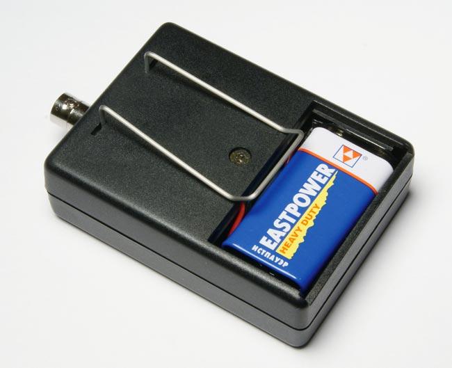 Тестовый генератор TPG1000 Lite запитывается от батареи 9В и имеет  клипсу для надежного крепления за поясом или в кармане